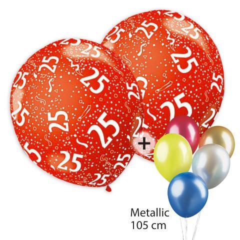 """Rundum bedruckte, bunte Luftballons mit weißem Aufdruck """"25"""" und Konfetti plus unbedruckte Luftballontraube aus Metallic-Ballons."""