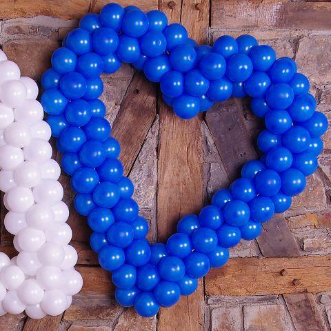 Easy-Fix-Oktoberfest-Herz aus Luftballons. Auf speziellem Gestänge sind die Luftballons befestigt, sodass es die Form eines Herzens hat.