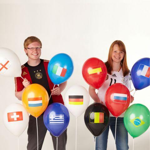 Personen mit Luftballons. daruf abgebildet sind verschiedene Länderflaggen wie Spanien, Italien, Frankreich, Deutschland, England, Niederlande, Belgien, Schweiz, Griechenland, Russland .