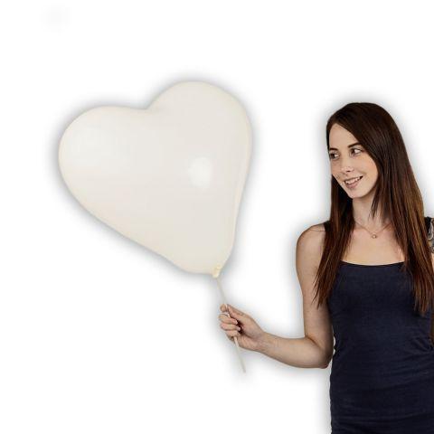 Großer, weißer Herzballon im Größenverhältnis zu einer Person zu sehen.