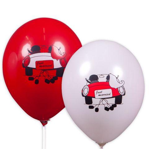 """Rote und weiße luftballons mit Motiv: Just married, Brautpaar im Auto von hinten mit Schild """"Just married"""" und Dosen am Auto."""