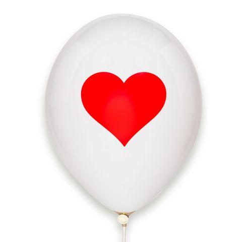 weißer Luftballon mit großem aufgedrucktem rotem Herz.