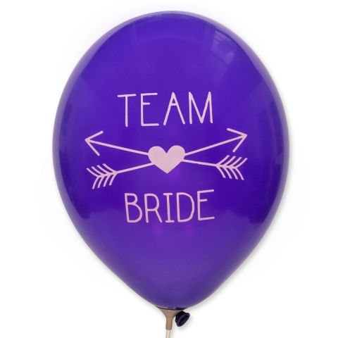 """Ballons in königslila mit rosa Aufdruck """"Team Bride"""" und 2 gekreuzten Pfeilen mit Herz in der Mitte."""